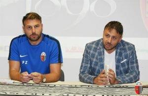 (Il DS Tesoro e l'allenatore Zanetti in conferenza stampa)
